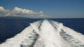 Traccia sull'acqua dietro il traghetto archivi video