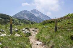 Traccia turistica Alta Via del Monte Baldo, modo della cresta in montagne di polizia, bastoni di legno Fotografia Stock
