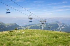 Traccia turistica Alta Via del Monte Baldo, modo in montagne di polizia, teleferica della cresta Fotografia Stock Libera da Diritti