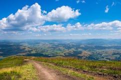 Traccia vicino alle alte montagne Fotografia Stock Libera da Diritti