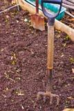 Tracciato del giardino con gli strumenti di giardino fotografia stock