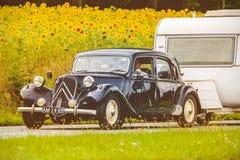 Tracción Avant de Citroen del vintage delante de un campo con la floración Fotos de archivo