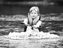 Tracción de un esquiador/de un muchacho del agua Fotos de archivo libres de regalías