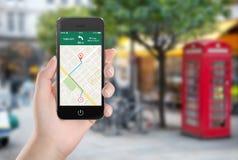 Trace a aplicação da navegação dos gps na tela do smartphone em femal Imagens de Stock Royalty Free