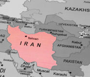 Trace la vista de Irán en un globo geográfico Imágenes de archivo libres de regalías