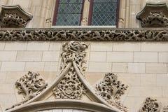 Tracerydekorbeståndsdelarna av en fasad av stadshuset i den franska stadsarrasen Fotografering för Bildbyråer