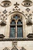 Tracerydekorbeståndsdelarna av ett fönster av stadshuset i den franska stadsarrasen Arkivbild