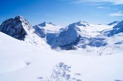 Traces dans la neige dans les montagnes en Italie photos stock