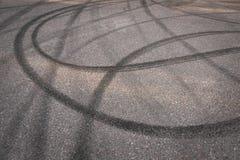 Traces de dérapage sur l'asphalte image stock