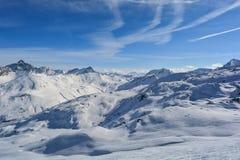 Traces de nuages de soleil de montagne de sommet dans la neige photos stock