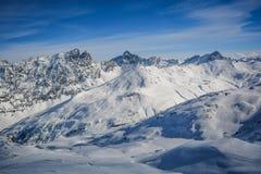 Traces de nuages de soleil de montagne de sommet dans la neige photo libre de droits
