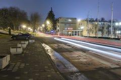 Traces de passer des voitures sur la rue de nuit Photographie stock