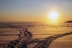 Traces de ski de pays croisé au coucher du soleil Le bel copie-espace de l'hiver Scene Photo stock