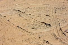 Traces des bandes de roulement de pneu sur le sable images libres de droits