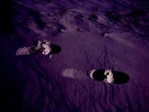 Traces des jambes humaines sur une belle texture ultra-violette de neige photo stock