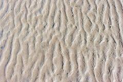 Traces du sable provoquées par la vague, fond Images libres de droits