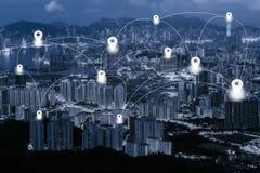 Tracez l'appartement de goupille sur le fond et le filet bleus de paysage urbain de Hong Kong de ton Images stock