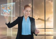 Tracez l'interface de l'information et l'air émouvant de femme d'affaires devant l'avion dans l'aéroport Photographie stock