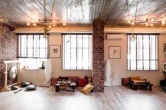 Tracez la pièce pour la forme physique et la relaxation, la relaxation avec des murs de briques et les fenêtres, gymnase, thé images stock
