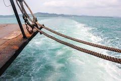 Tracez la queue du bateau de vitesse sur la surface de l'eau en mer image libre de droits
