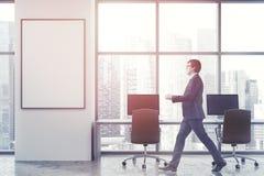 Tracez le bureau blanc de l'espace ouvert, haut étroit d'affiche, homme Image stock