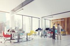 Tracez le bureau du centre, les chaises colorées dégrossissent, des hommes Images stock