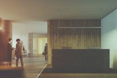 Tracez le hall en bois de réception, colonnes plan rapproché, les gens Photos stock
