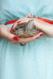 Trachemys scripta 在妇女的淡水红色有耳的乌龟递s 免版税图库摄影
