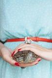 Trachemys scripta Słodkowodny czerwony słyszący żółw w kobiecie wręcza s zdjęcie stock