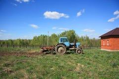 Tracktor MTZ 82 Verarbeitung des Gemüsegartens Lizenzfreie Stockfotografie