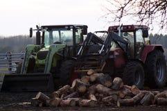 Tracktors auf dem Bauernhof mit Holz lizenzfreie stockbilder
