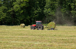 Tracteur agricole sur Hayfield photo stock