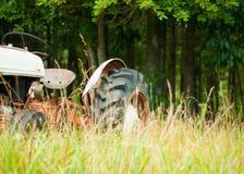 Tracteur antique de ferme dans le domaine photographie stock