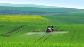 Tracteur arrosant le champ vert clips vidéos