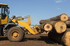 Tracteur avec des rondins Photographie stock