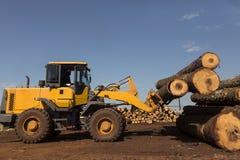 Tracteur avec des rondins Photographie stock libre de droits