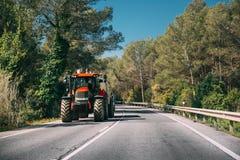 Tracteur avec l'applicateur d'engrais avec le réservoir dans le mouvement sur Countr photos libres de droits