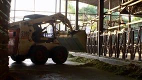Tracteur avec l'ascenseur hydraulique pour les balles de transport de foin Machine agricole banque de vidéos
