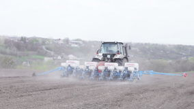 Tracteur avec le planteur clips vidéos