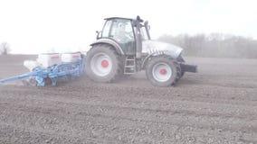 Tracteur avec le planteur banque de vidéos