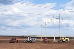 Tracteur avec le semoir, semant des travaux Images libres de droits