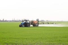 Tracteur avec un dispositif de jet pour l'engrais finement dispersé Images libres de droits