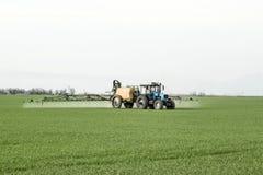 Tracteur avec un dispositif de jet pour l'engrais finement dispersé Images stock