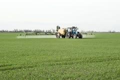 Tracteur avec un dispositif de jet pour l'engrais finement dispersé Photo libre de droits