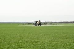 Tracteur avec un dispositif de jet pour l'engrais finement dispersé Photos libres de droits