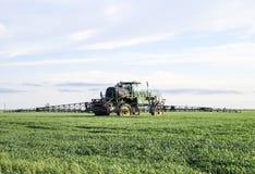 Tracteur avec un dispositif de jet pour l'engrais finement dispersé Tra Photographie stock
