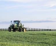 Tracteur avec un dispositif de jet pour l'engrais finement dispersé Tra Photographie stock libre de droits