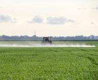 Tracteur avec un dispositif de jet pour l'engrais finement dispersé Tra Photo libre de droits