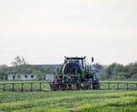 Tracteur avec un dispositif de jet pour l'engrais finement dispersé Tra Images libres de droits