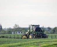 Tracteur avec un dispositif de jet pour l'engrais finement dispersé Tra Photo stock
